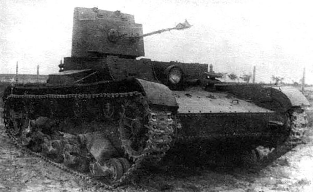 Sovyet yapımı hafif kimyasal (alev atma)  tank KhT-26/BHM-3