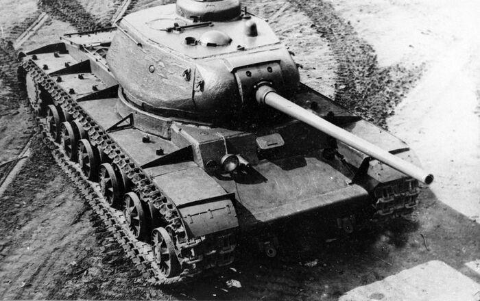 Büyük Vatanseverlik Savaşı (1941 -1945) yıllarında kullanılan Sovyet yapımı KV-85 ağır tankı.  130 adet olarak Eylül-Ekim 1943 tarihleri arasında üretildi.
