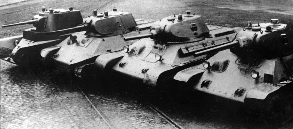 Farklı  dönemlere ait efsanevi Sovyet tankları (soldan sağa): BT-7, A-20, L-11 topu ile donatılmış T-34, F-34 topu ile donatılmış T-34
