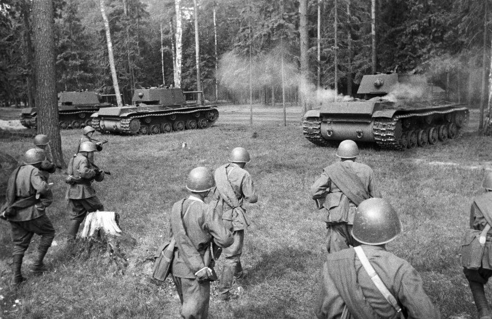 Sovyet yapımı KV-1 ağır tankları, Batı cephesinde taarruza geçerken, 1942