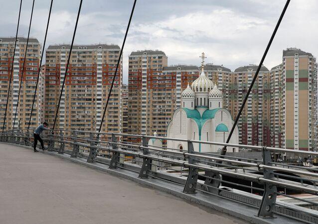 Rusya başkenti Moskova dışındaki Krasnogorsk bölgesinde yakınından köprü geçen kilise