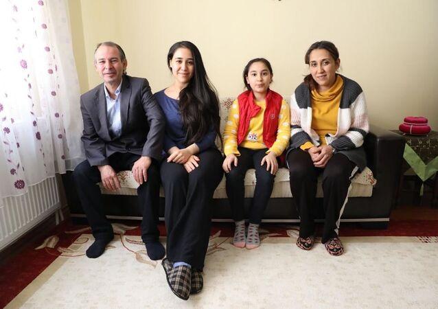 İŞKUR önünde çay satmaya başlayan Yusuf Derin ve ailesi