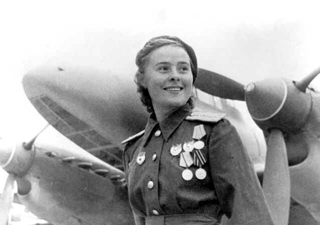 Sovyetler Birliği Kahramanı, 125. Muhafız Bombacı Havacılık Kadın  Alayı Komutan Yardımcısı Mariya Dolina,  Temmuz 1944