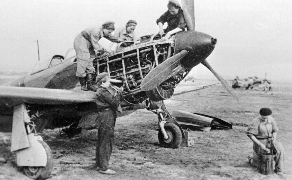 586. Avcı Havacılık Alayı'nın kadın pilotları uçağı uçuşa hazırlıyor, Eylül 1943