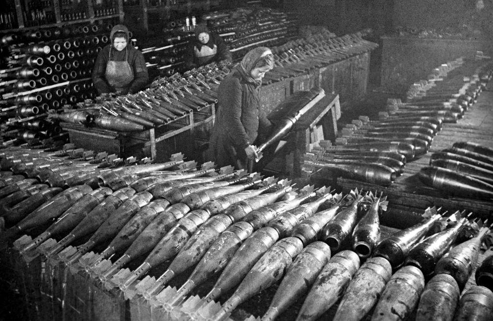 Moskova'daki bir fabrikada mayın ve mermi  üretimini yapan kadınlar, Şubat 1942
