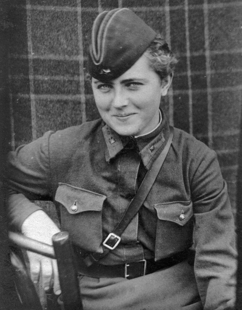 Sovyetler Birliği Kahramanı unvanına sahip 46. Taman Muhafız Havacılık Kadın Alayı pilotu Yevgeniya Zhigulenko, Mayıs 1942