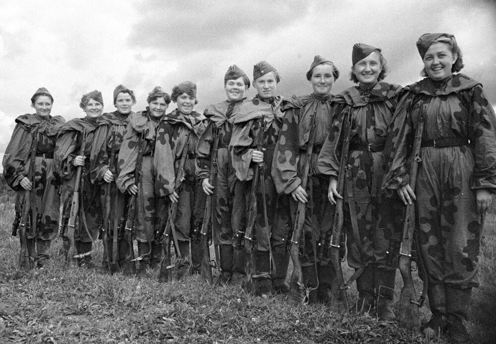 2. Baltık Cephesinde savaşan Kızıl Ordu'da gönüllü olarak görev yapan bir grup kadın keskin nişancı, Eylül 1944