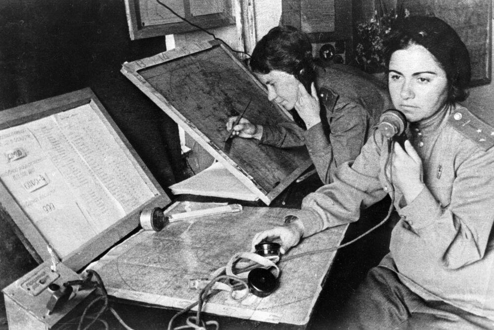 586. Avcı Havacılık Alayı'nda görev yapan navigasyon uzmanı (sağda), Ekim 1941
