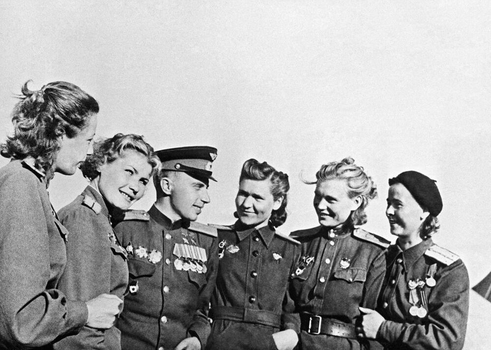 İki kez Sovyetler Birliği Kahramanı, Taarruz Alayı Komutanı Leonid Beda ile kadın pilotlar, Mayıs 1945