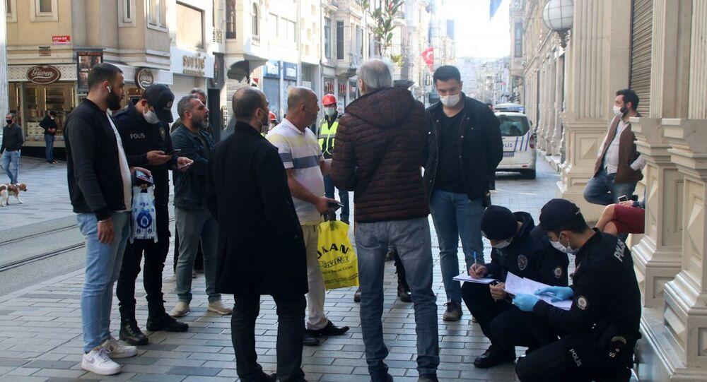 Beyoğlu'nda maskesiz dolaşanlara ceza kesildi