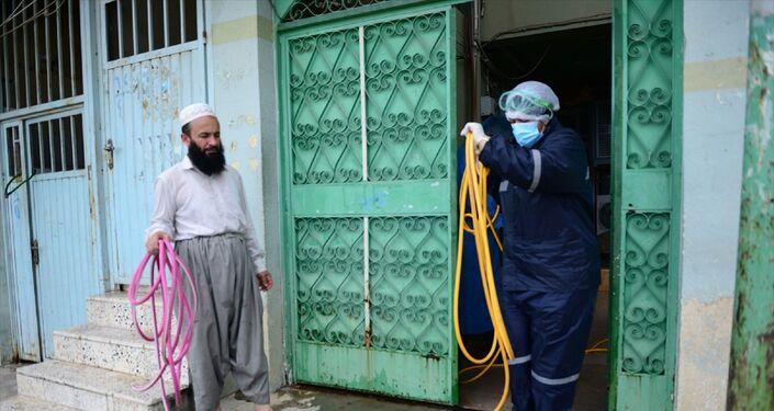 Irak Kürt Bölgesel Yönetimi'nde (IKBY), yeni tip koronavirüs (Kovid-19) nedeniyle toplu ibadetlere kapatılan camilerin 11 Mayıs itibarıyla yeniden ibadete açılmasının planlandığı açıklandı. Süleymaniye İl Sağlık Müdürlüğü tarafından görevlendirilen 10 ekip vilayetteki 275 camide dezenfekte çalışmalarına başladı.