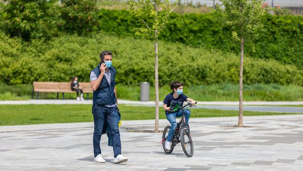 İtalya  - koronavirüs - bisiklet - maske - Milan – park  - çocuk -  - Sputnik Türkiye