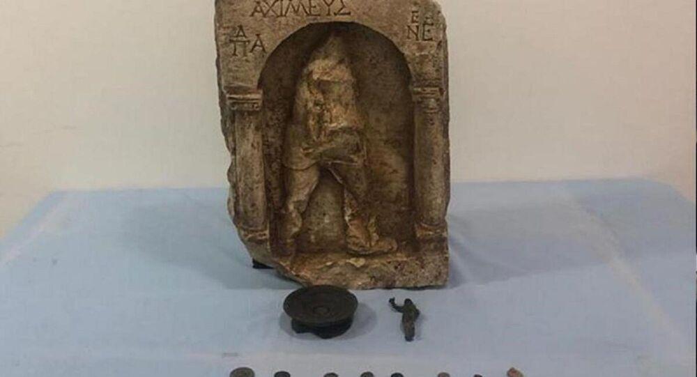 Antalya'nın Manavgat ilçesinde düzenlenen operasyonda 1400 yıllık 11 tarihi eserle birlikte yakalanan 3 şüpheli gözaltına alındı.