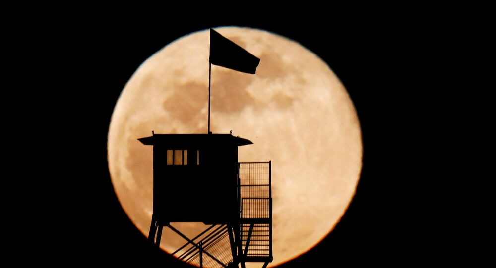 Ay'ın normalde olduğundan çok daha büyük ve parlak görülmesi olayı Süper Ay olarak adlandırılıyor. Fotoğrafta: İsrail'de görüntülenen Süper Ay manzarası
