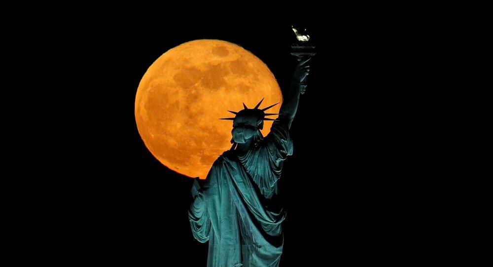Dünya'ya en yakın olduğu zaman Ay dolunay haline yakınsa Süper Ay meydana gelir. Fotoğrafta: ABD'de gözlemlenen Süper Ay