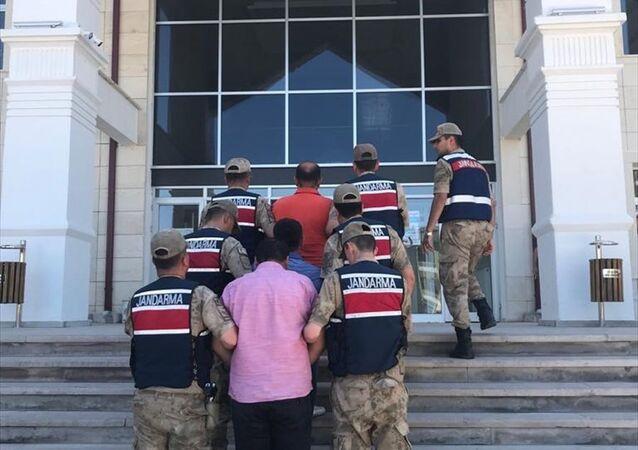 Sivas'ın Yıldızeli ilçesinde, kendilerini jandarma komutanıyım diye tanıtarak bir kişinin para ve altınlarını aldıkları iddia edilen 2 şüpheli gözaltına alındı.