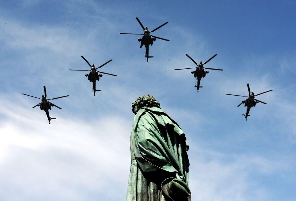 Sovyetler Birliği'nin Büyük Anavatan Savaşı'nda (2. Dünya Savaşı) Nazi Almanyası'nı mağlup etmesi sonucu kazanılan Zafer'in 70. yıldönümü nedeniyle yapılan askeri geçit törenine katılan Mi-28N saldırı helikopterleri