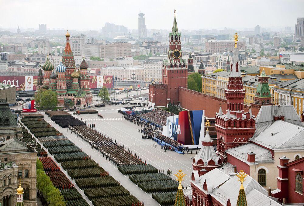 Zaferin 66. yıldönümünde başkent Moskova'nın Kızıl Meydanı'nda düzenlenen askeri geçit töreninden bir kare