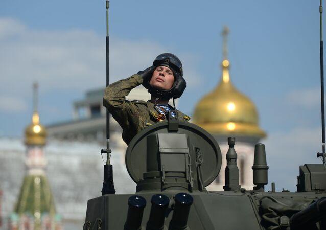 9 Mayıs Zafer Günü geçit törenine katılan askerlerden biri