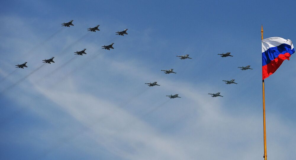 Zaferin 70. yıldönümünde düzenlenen askeri geçit töreninde gösteri uçuşlarını yapan MiG-29 çok amaçlı avcı uçakları  ve Su-25 saldırı uçakları