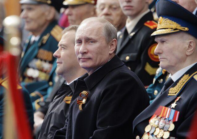 Rusya Devlet Başkanı Vladimir Putin ve dönemin başbakanı Dmitriy Medvedev  (solda) 9 Mayıs geçit törenini izlerken, 2012