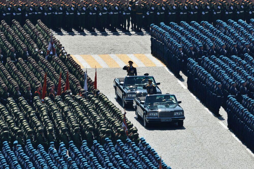 Rusya Savunma Bakanı Sergey Şoygu (sağda), Zaferin 70. yıldönümünde düzenlenen 9 Mayıs askeri geçit töreninde