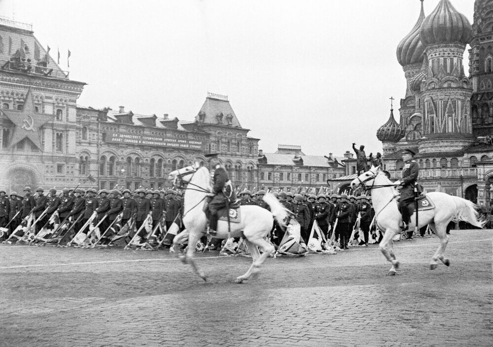 Sovyetler Birliği'nin Büyük Anavatan Savaşı'nda (2. Dünya Savaşı) Nazi Almanyası'nı mağlup etmesi sonucu kazanılan Zafer münasebetiyle Moskova'nın Kızıl Meydanı'nda 24 Haziran 1945 tarihinde düzenlenen askeri geçit töreninden bir kare.