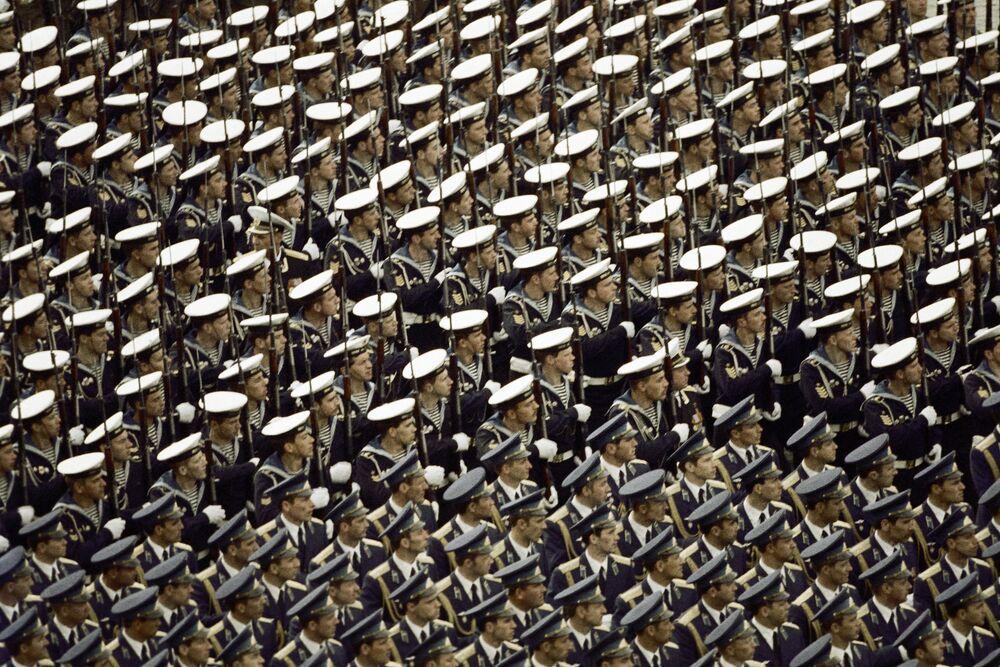 Zaferin 40. yıldönümünde düzenlenen geçit törenine katılan askerler, 1985