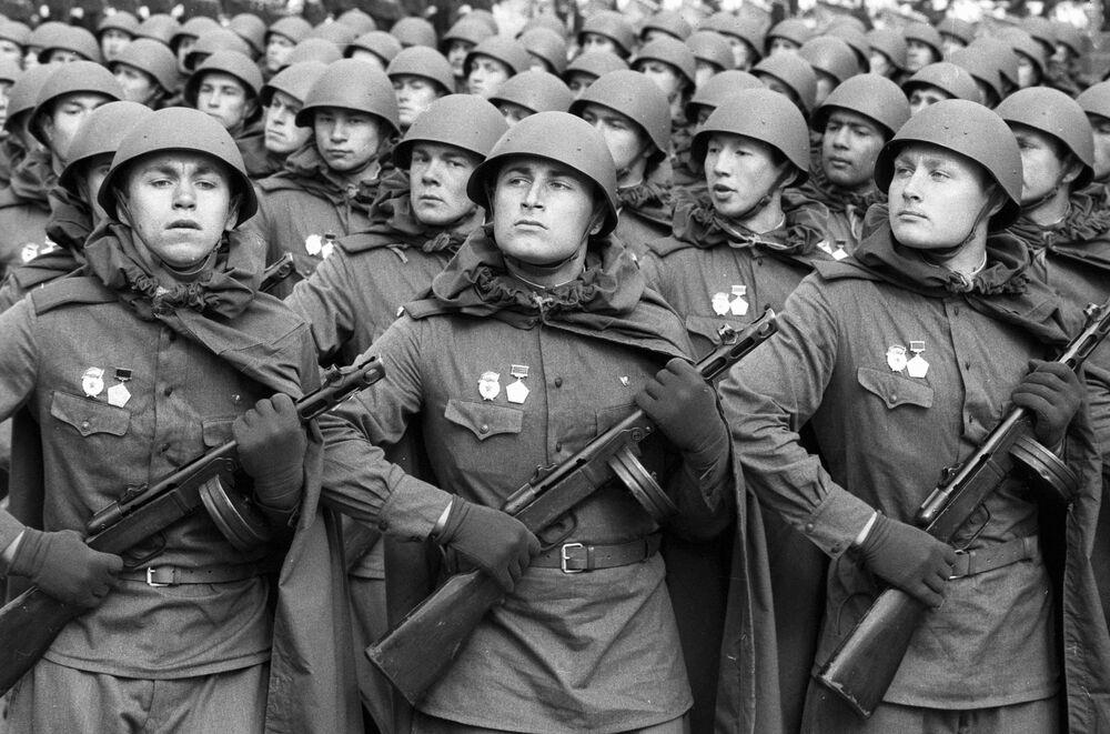 Zaferin 40. yıldönümünde Kızıl Meydan'da yapılan geçit törenine katılan Büyük Anavatan Savaşı dönemine ait üniforma giyen Sovyet askerleri