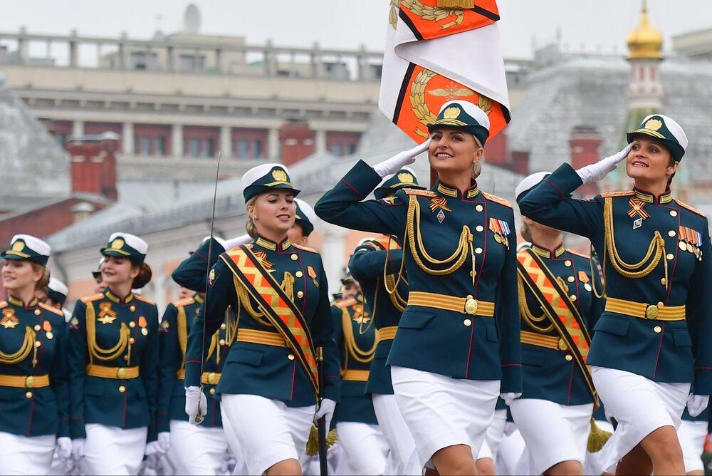 2019'da Kızıl Meydan'da yapılan 9 Mayıs geçit törenine katılan kadın askerler