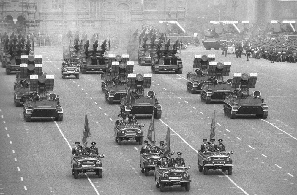 1985'te Kızıl Meydan'da düzenlenen askeri geçit töreninden bir kare