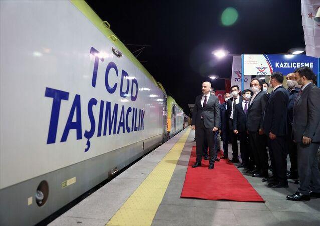 Gaziantep'ten Çorlu'ya plastik ham madde taşıyan yük treni, Ulaştırma ve Altyapı Bakanı Adil Karaismailoğlu'nun (solda) katılımıyla Marmaray'dan geçişini tamamladı.