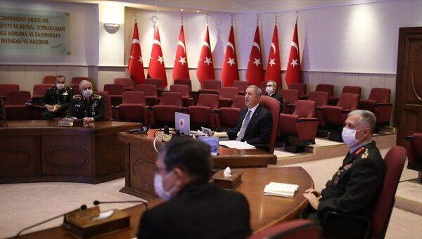 Milli Savunma Bakanı Hulusi Akar başkanlığında Genelkurmay Başkanı Orgeneral Yaşar Güler ile kuvvet komutanları ve bakan yardımcılarının katıldığı toplantıda, Bakanlık faaliyetleri ele alındı.   - Sputnik Türkiye