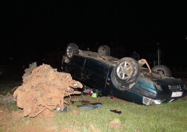 Kaza yaptığı aracı bırakıp kaçan sürücüyü yere düşen alkol şişesi ele verdi