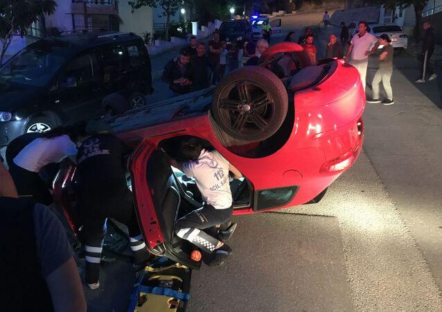 Aydın'ın Kuşadası ilçesinde park halindeki araçlara çarptıktan sonra takla atan otomobilin kadın sürücüsü yaralanırken, olay yerine gelen bayan sürücünün kocası sinir krizi geçirdi.