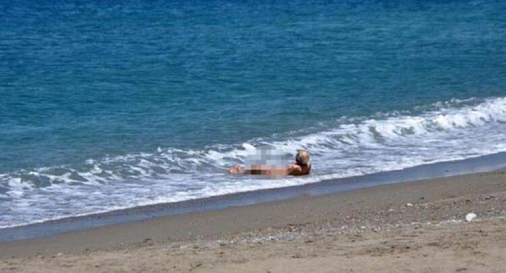 4 saatlik izni fırsat bilen yaşlı adam çırılçıplak denize girdi
