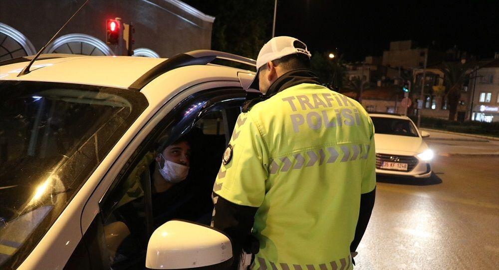 İzmir'de kısıtlama kurallarına uymayan 949 kişiye ceza kesildi