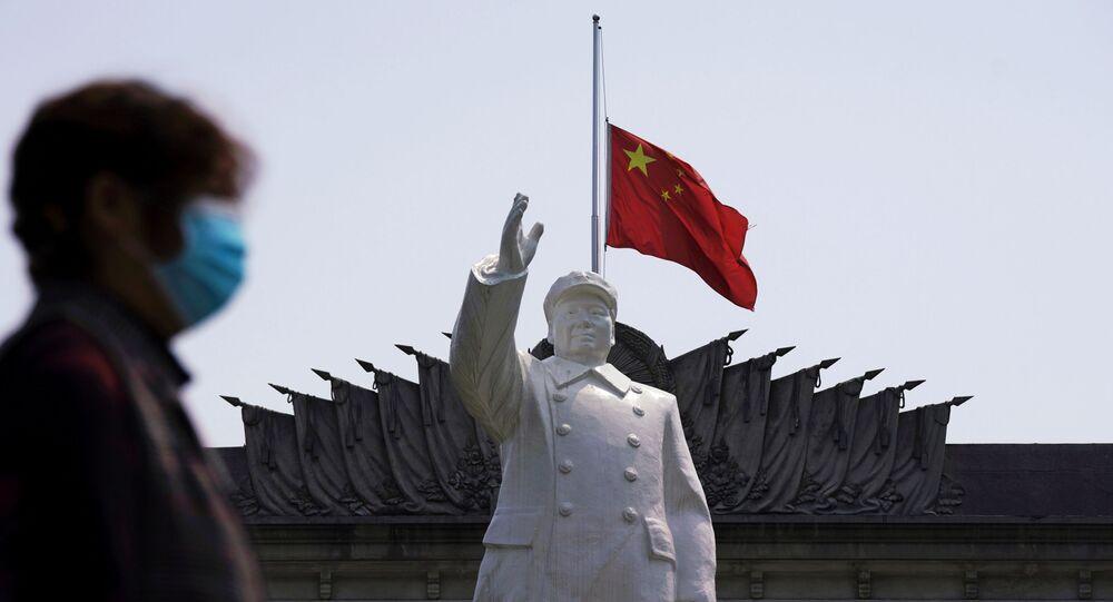 Çin bayrağı - maske - koroanvirüs - Vuhan - Mao Zedong heykeli