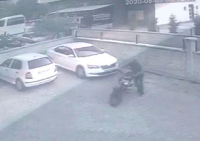Konya'da direksiyon kilidini kırıp götürdüğü motosikleti çalıştıramayan hırsızlık şüphelisi, 30 dakika sonra çaldığı motosikleti geri getirip yerine bıraktı.