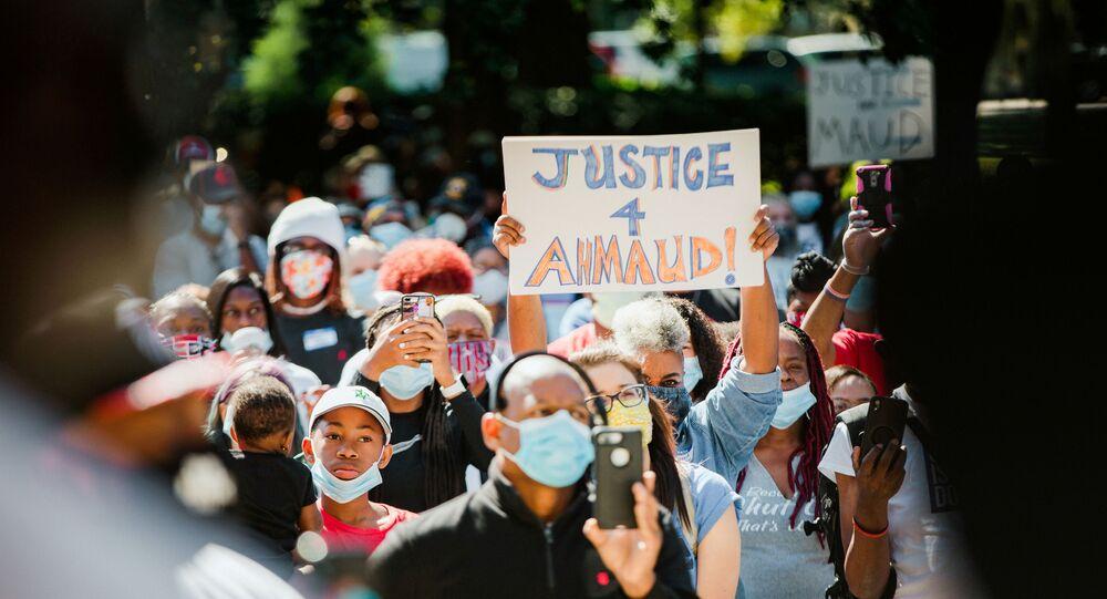 Siyahi İnsanların Gelişmesi İçin Ulusal Birlik'in (NAACP) Georgia kolu, 8 Mayıs'ta ilgili mahkemenin önünde protesto gösterisi düzenleyerek Ahmaud Arbery cinayeti ve örtbas çabasını protesto etti.