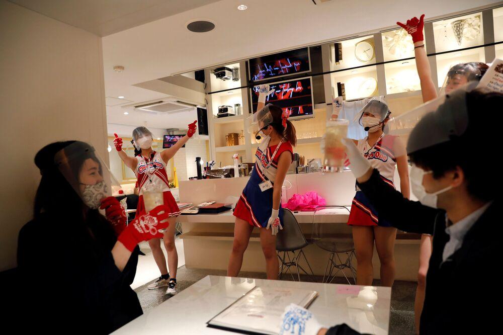Japonya'nın başkenti Tokyo'da faaliyet gösteren ponpon kız takımı temalı Cheers One restoranından bir kare