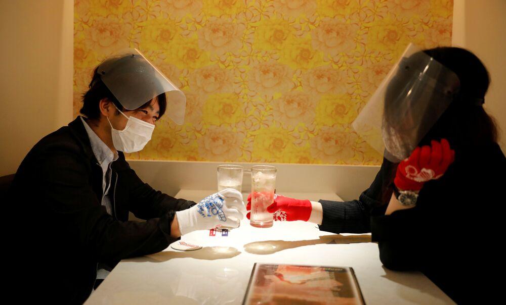 Tokyo'daki Cheers One restoranının müşterileri