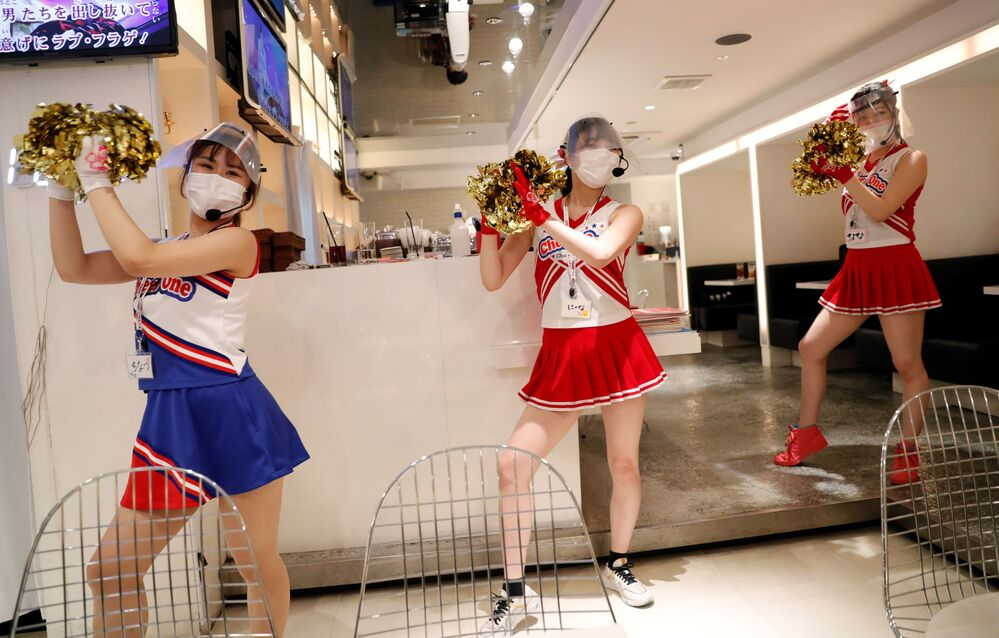 Restoranın garsonları, koronavirüse karşı önlemler kapsamında koruyucu maske ile eldivenler kullanıyor