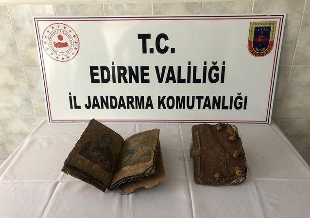 Edirne'de 500 yıllık 2 el yazması İncil ele geçirildi