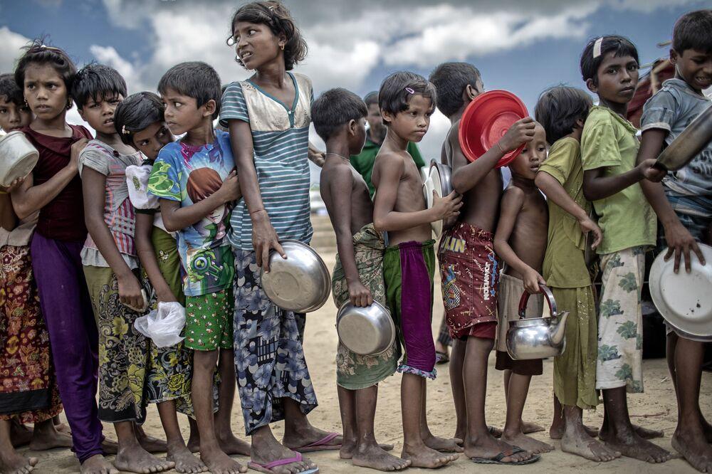 Pink Lady Yılın Yemek Fotoğrafçıları Yarışması'nı kazanan Bangladeş'li fotoğrafçı K M Asad, Ukhiya mülteci kampında yemek için sıra bekleyen Arakanlı mülteci çocukları görüntüledi