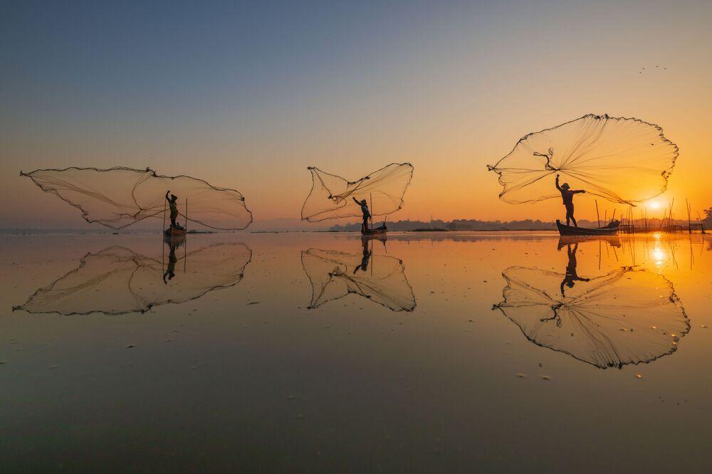 Yarışmada üçüncülük kazanan Myanmar'dan fotoğrafçı Zay Yar Lin'in 'Sabah Balık Avı' çalışmasında balıkçıların sabah saatlerinde balık tutma anı görüntülendi