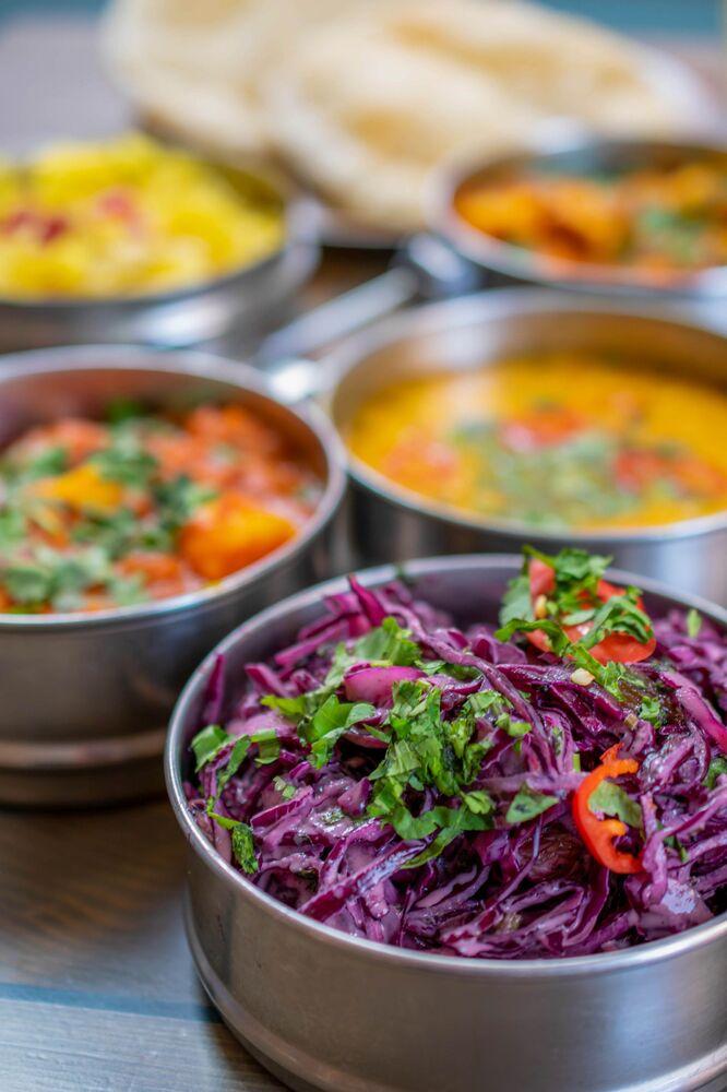 Pink Lady Yılın Yemek Fotoğrafçıları Yarışması'nın Öğrenci Yemeği kategorisinde birinci seçilen İngiliz fotoğrafçı Philippa Askew'in fotoğrafında Hindistan'daki bir okulun kantininde öğrencilere servis edilen vejetaryen yemekler görüntülendi