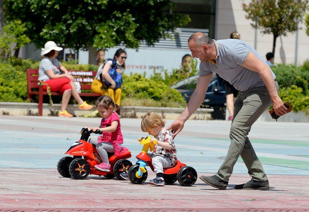 Koronavirüsle mücadelede getirilen kısıtlamalar nedeniyle yaklaşık 2 aydır evlerinde olan çocuklar, kontrollü sosyal hayat döneminin başlamasıyla birlikte bugün ilk kez sokağa adım attı.