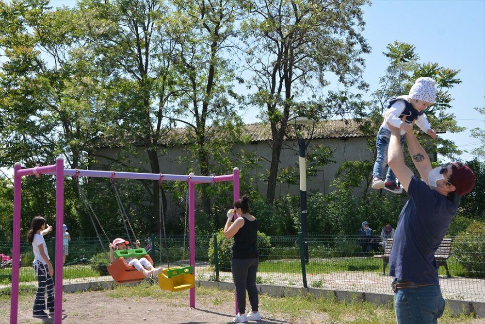 Parklara gelen 14 yaş ve altındaki çocukların maske taktığı ve sosyal mesafe kuralına uyarak parklarda oyun oynadığı görüldü.