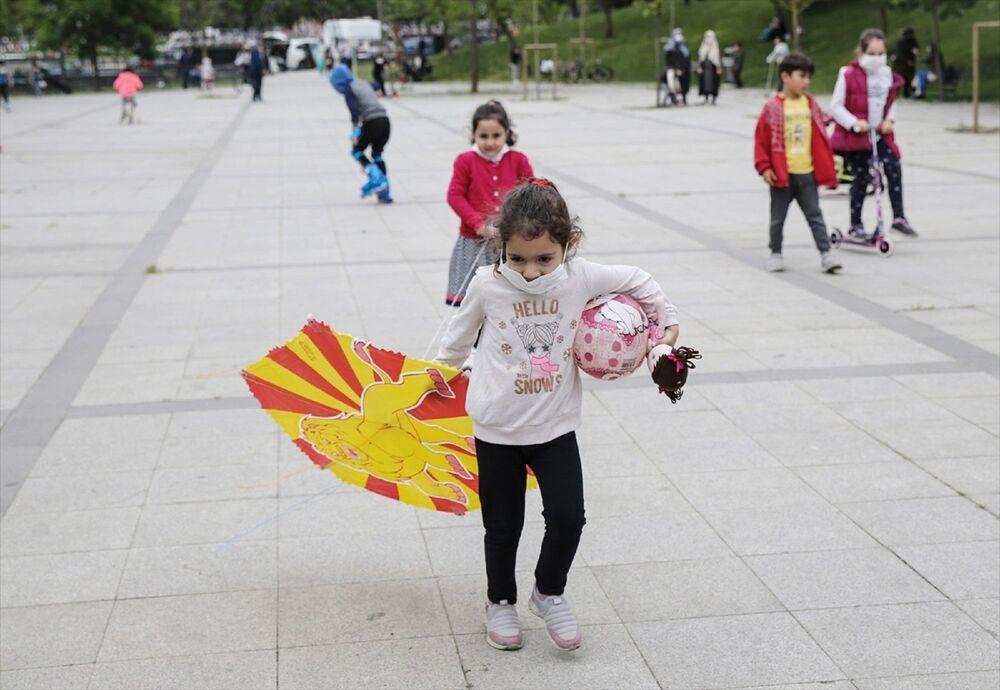 İstanbul'da saat 11.00 ile 15.00 arasında kendilerine tanınan sokağa çıkma iznini kullanmak isteyen 0-14 yaş grubu çocuklar, beraberinde getirdikleri oyuncaklarla oynadı ve oyun alanlarında zaman geçirdi.